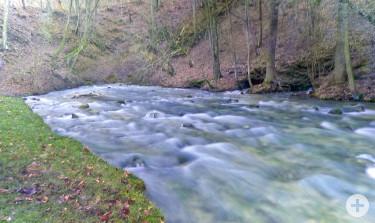 Flußlandschaft mit Holzbrücke