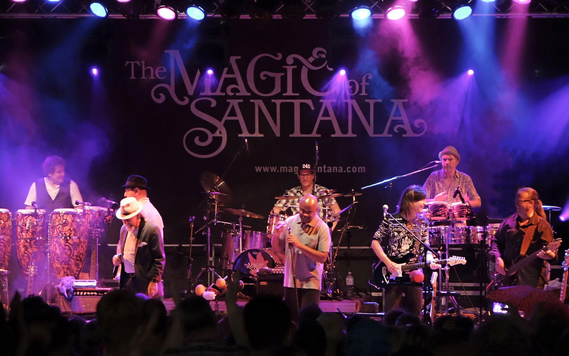 Die Band Santana steht auf der Bühne und gibt ein Musikkonzert