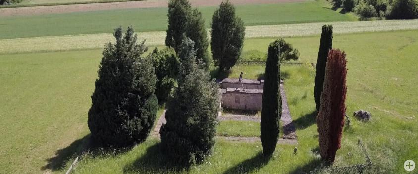 Luftbild des 1971 entdeckten und freigelegten Römerkellers, umgeben von Säulenzypressen