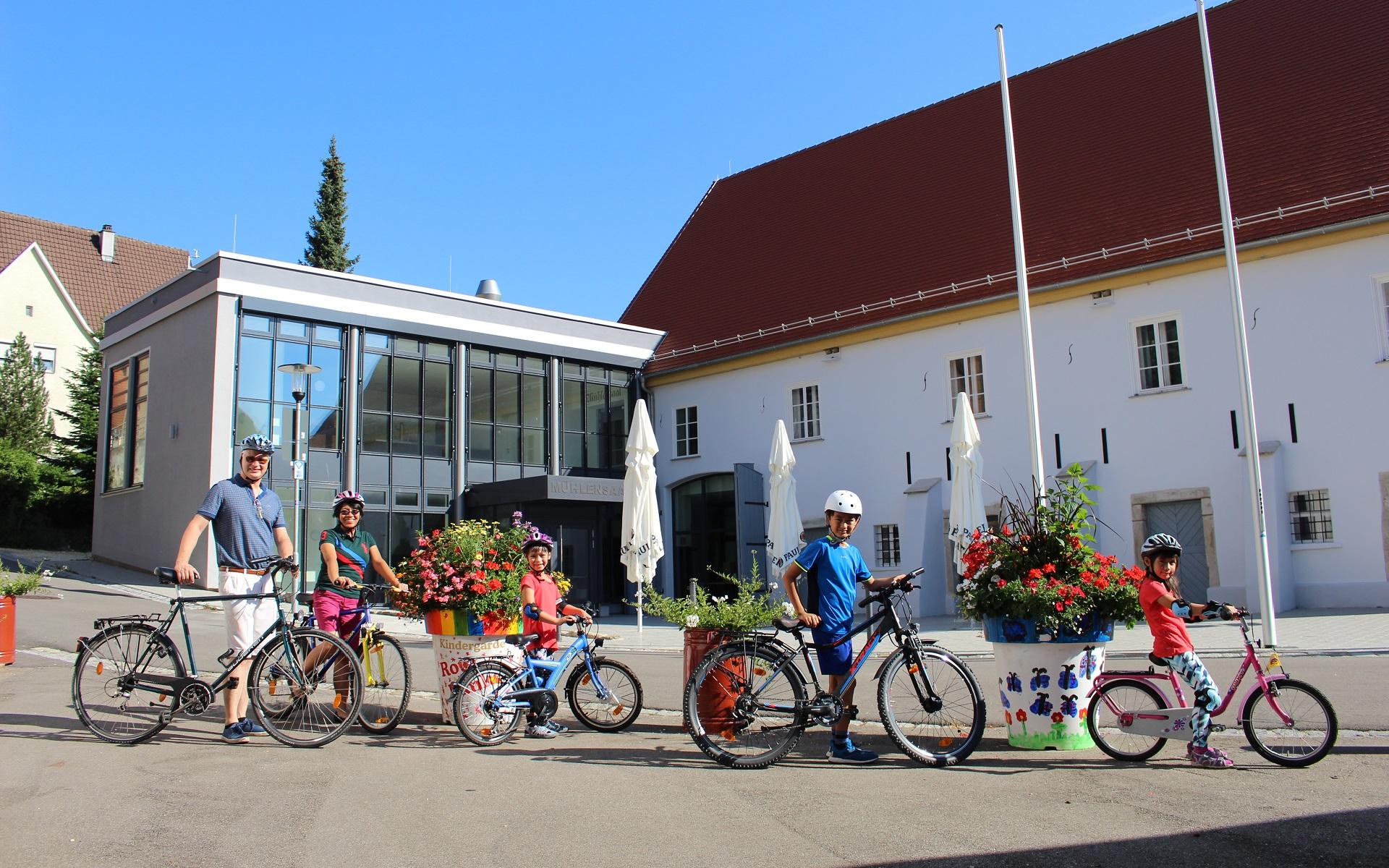 Familie mit Fahrrädern vor dem Mühlenensemble
