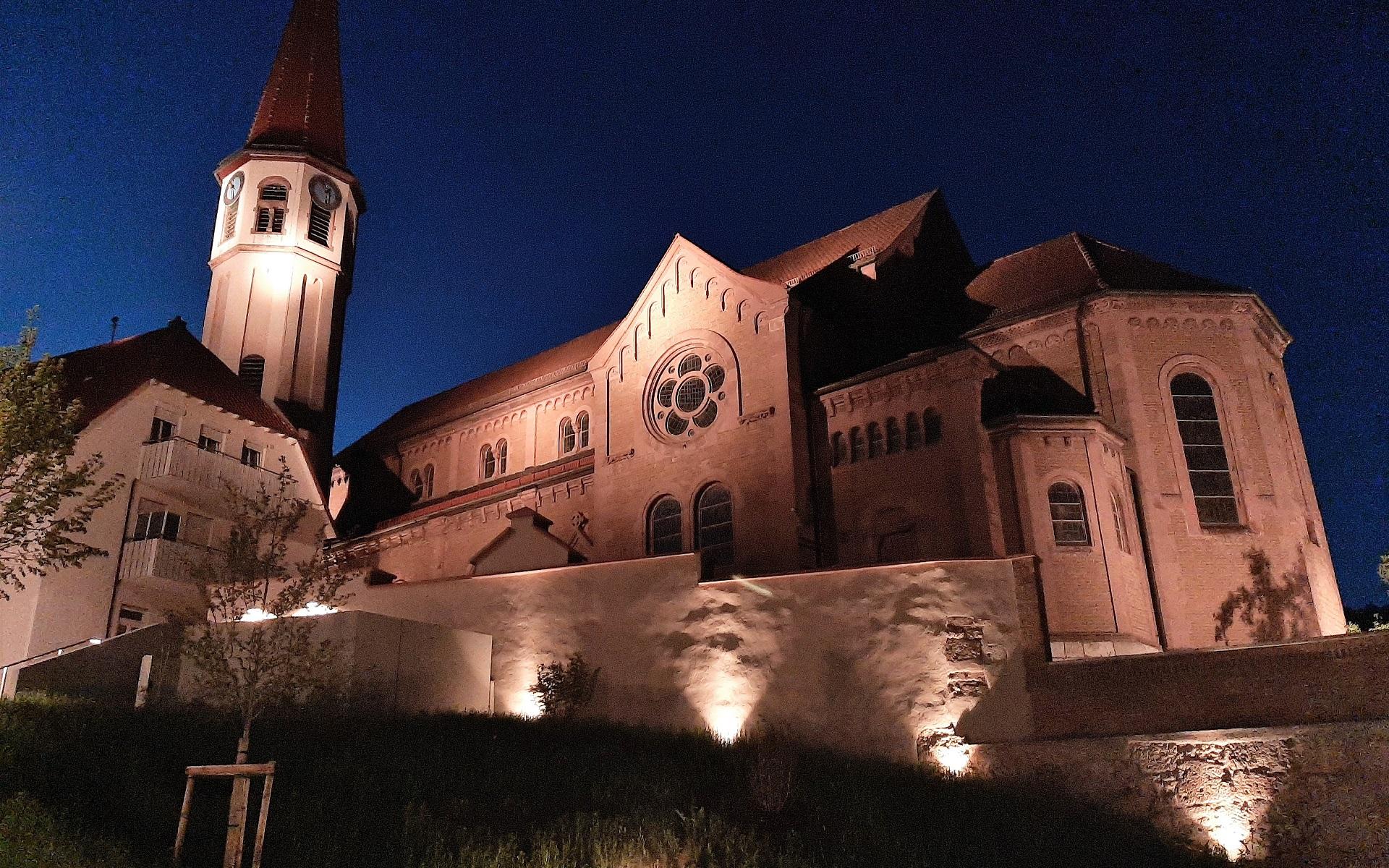 Die neue Mitte ist 2020 neuer zentraler Platz. Die katholische Kirche nebenan wird bei Nacht schön beleuchtet.