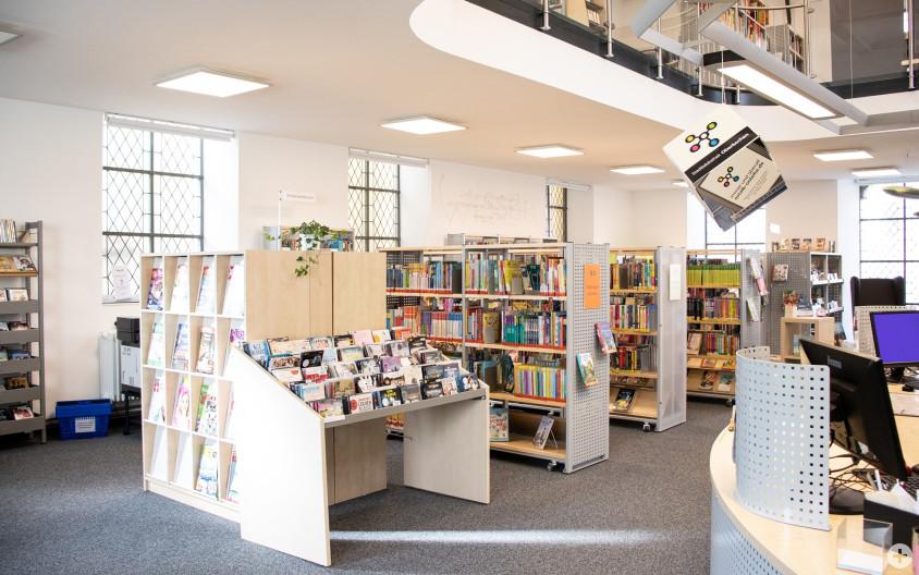 Die Stadtbibliothek mit ihren hellen Möbeln und Räumen nach der Sanierung 2020