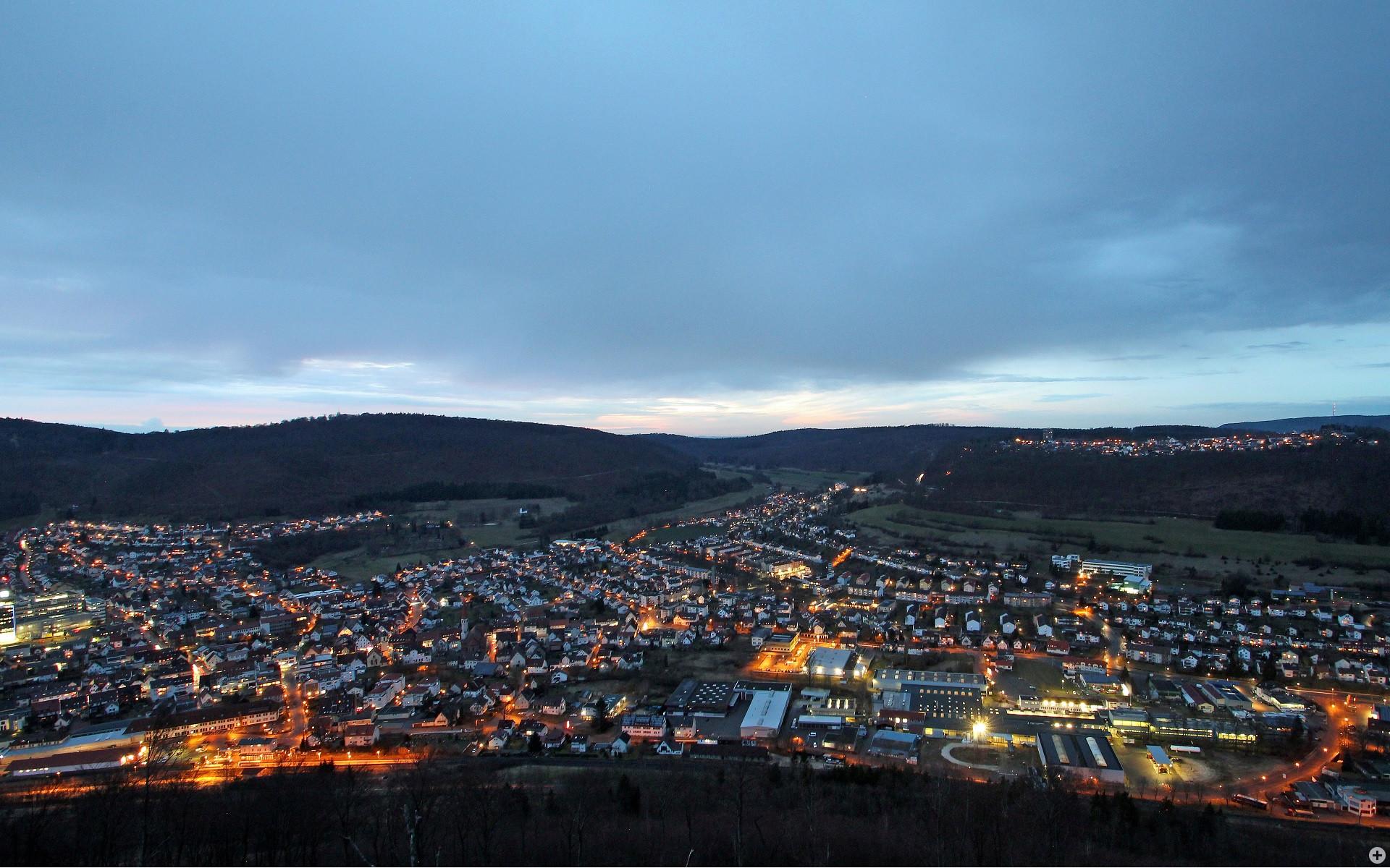 Blick vom Rodstein über die beleuchtete Stadt am Abend